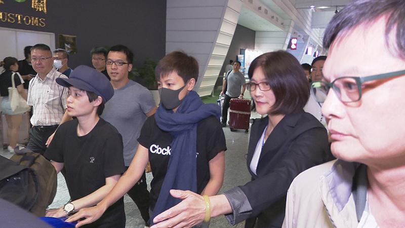 香港社运歌手何韵诗(戴口罩者)12日凌晨自香港飞抵台湾(记者李宗翰摄)