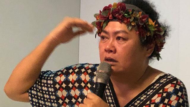 台湾原住民歌手巴奈讲到香港激动落泪。(记者夏小华摄)