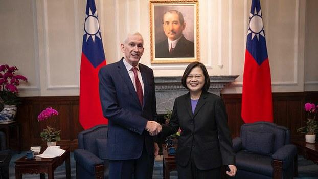 莫健16日进总统府会见总统蔡英文。(总统府提供)