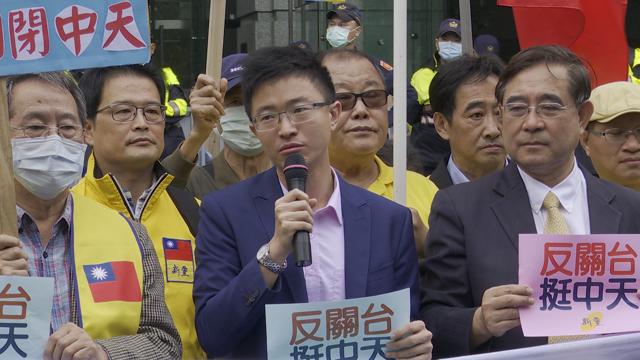 统派新党籍台北市议员侯汉廷(中)捍卫中天新闻台。(记者李宗翰摄)