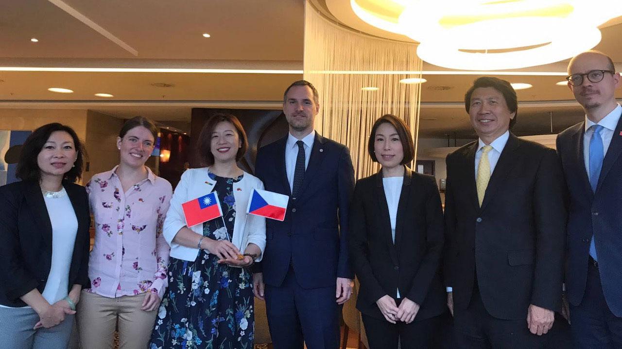 民进党籍立委林静仪(左三)今年夏天率团访问捷克布拉格市长贺瑞普(左四)。(林静仪提供)