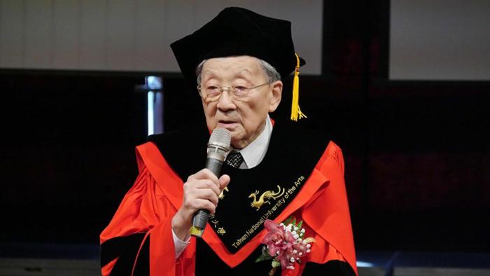 在28年的时间内拍了52部电影,90岁高龄的李行导演,日前获颁台南艺术大学名誉博士。(台南艺术大学提供)