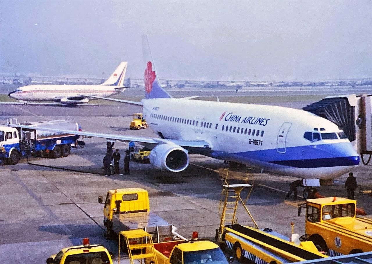 有六十年历史的华航,曾在二、三十年前,机尾设计有国旗(后方机型),及国旗红白蓝三色配色。(华航脸书)(photo:RFA)