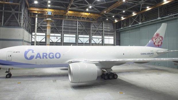 """台湾中华航空全新777F双引擎全货机队新涂装亮相,货运标志""""CARGO""""中的字母C有台湾地图。(photo:RFA)"""