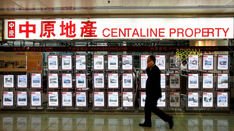 北京持续打压大陆楼市,最受打击的除了发展商,便是中原地产这类中介机构。 (路透社图片)