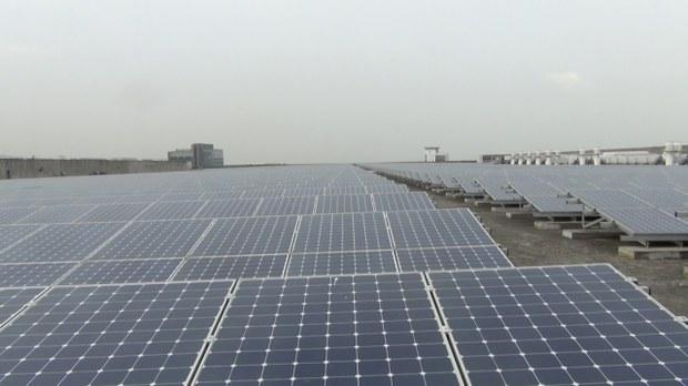 图说:友达光电打造全台最大的集中式屋顶型台中森劲太阳能电厂。(苗秋菊拍摄)