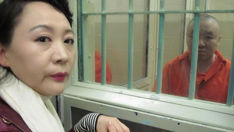2011年12月23日盛雪至拘押中心看望杨伟。(盛雪提供)