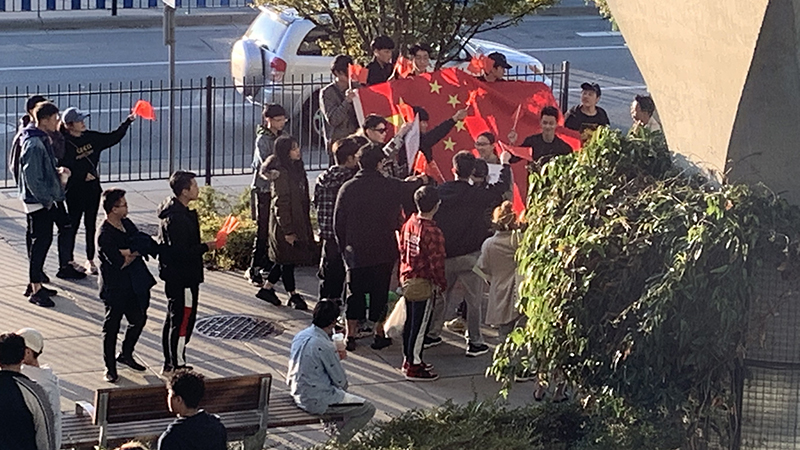 有支持中国人士举国旗踩场(记者柳飞摄影)