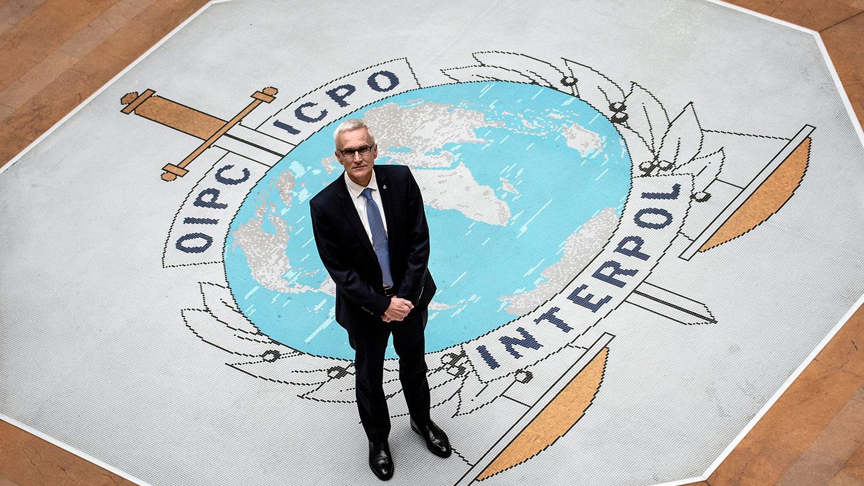资料图片:2018年11月8日, 国际刑警组织秘书长于尔根·施托克(Jürgen Stock)在法国里昂的国际刑警组织总部留影。(法新社)