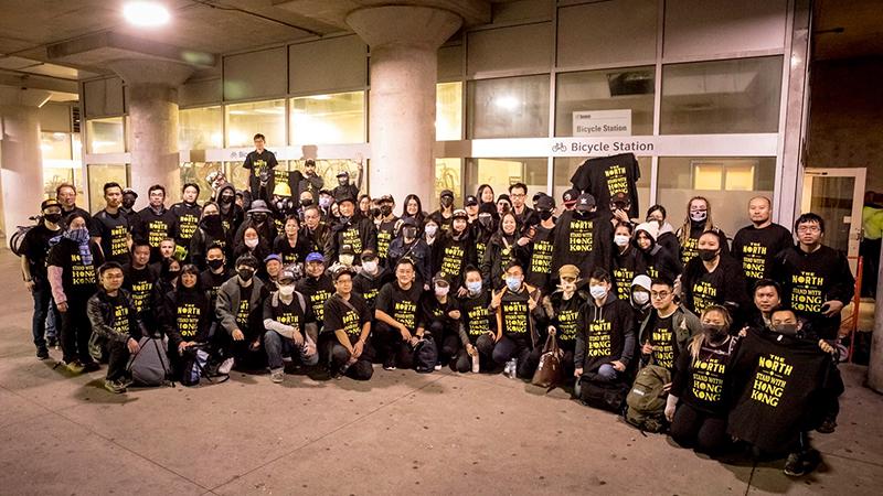 义工们募款送T恤,一起撑香港(受访者提供)