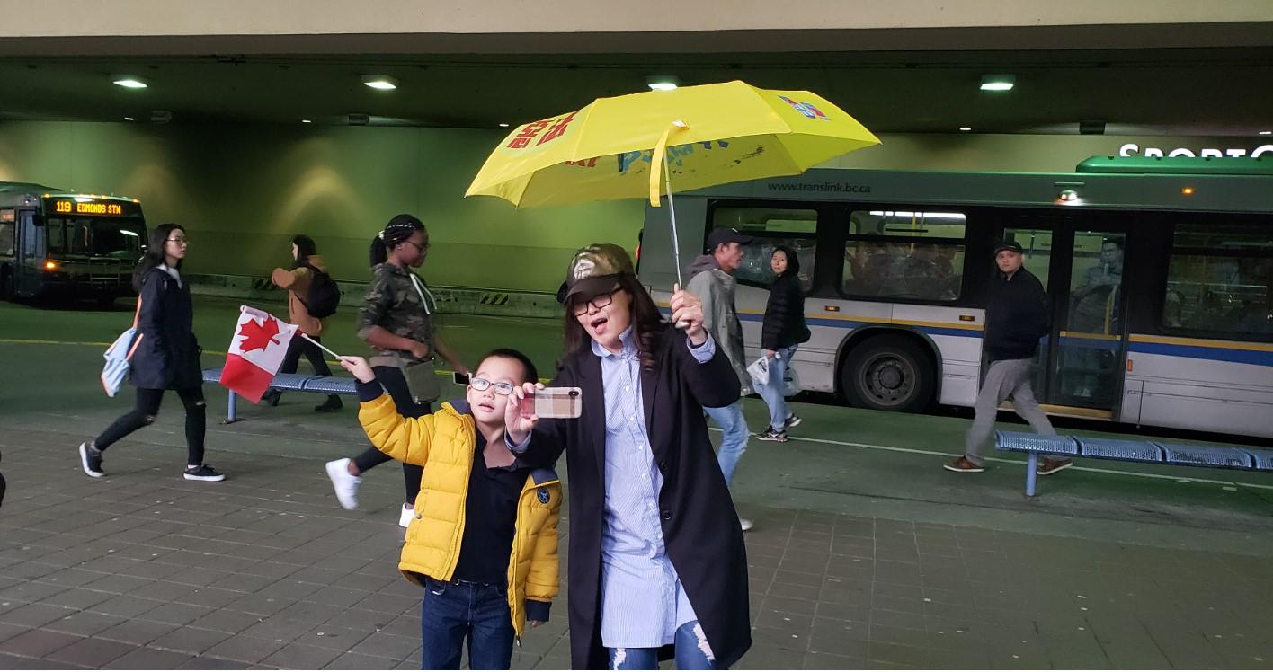 挺港民众在大温哥华本拿比市大都会购物中心外集会抗议。(记者柳飞摄)
