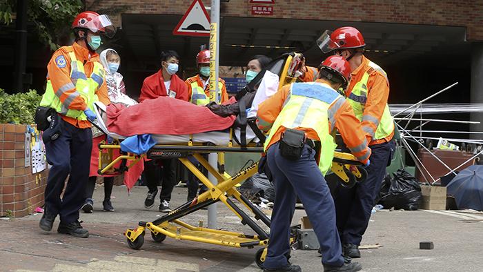 2019年11月19日,医务工作者在香港理工大学运送伤员。(美联社)