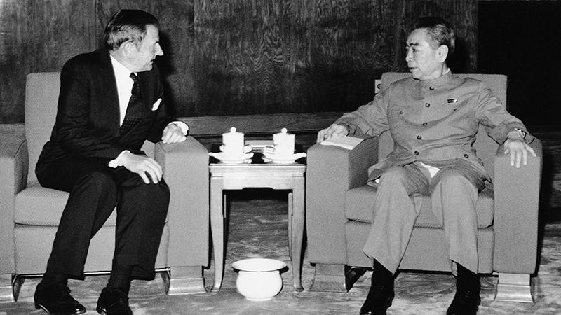中国前总理周恩来(右)(美联社)