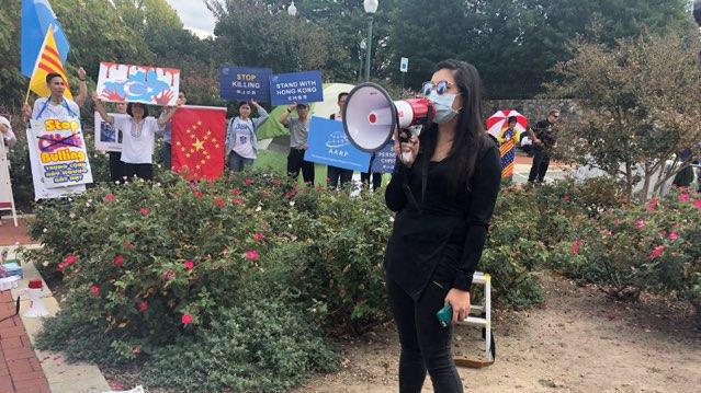 """2019年9月29号,在中国驻美国首都华盛顿的大使馆门前,举行了""""反对赤纳粹、声援自由香港集会""""。(申铧拍摄)"""