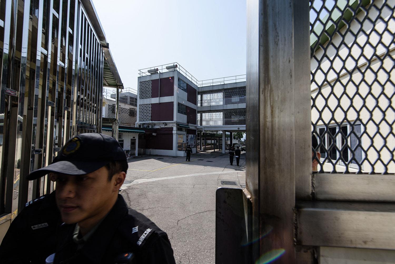 资料图片:香港惩教人员打开哥连臣角惩教所的大门。(法新社)