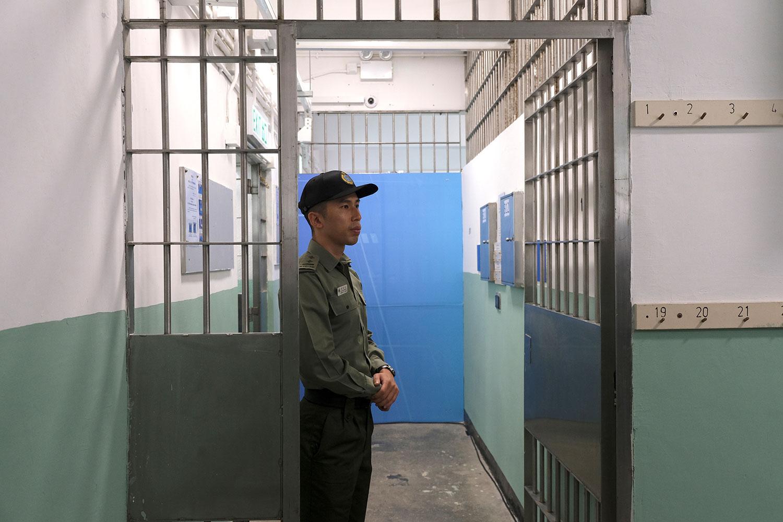 资料图片:一名惩教署官员在香港壁屋监狱。(路透社)