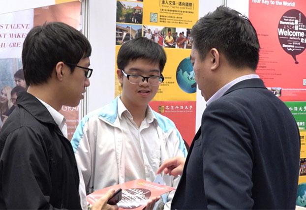 不少学生对于到台湾升学深感兴趣,向参展大学的代表了解更多资料。(郑立言 摄)