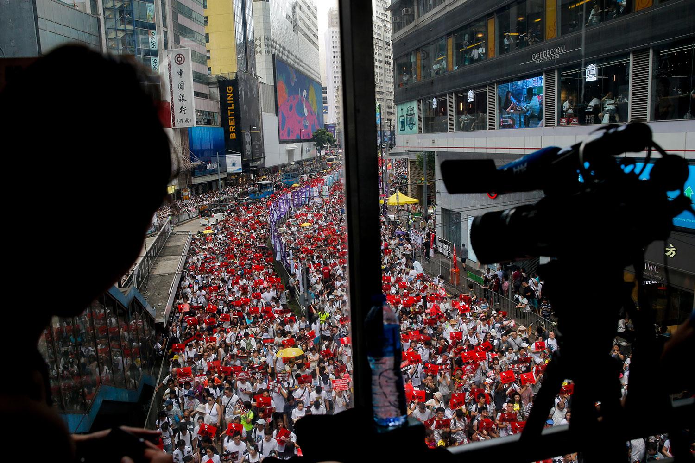 2019年6月9日,香港民间人权阵线举行反对修订《逃犯条例》的大游行,记者在拍摄抗议大游行。(美联社)