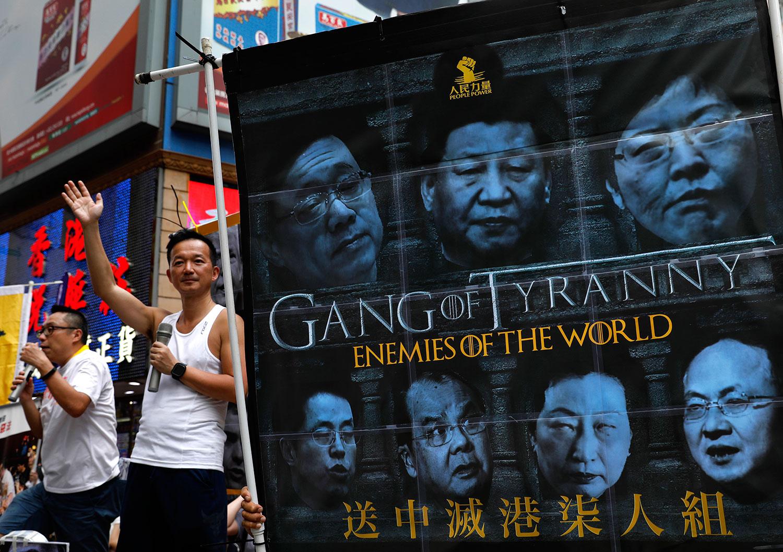 2019年6月9日,香港民间人权阵线举行反对修订《逃犯条例》的大游行,抗议者沿着市中心的街道游行时,抗议者展示了一面旗帜,以反对有争议的引渡法案。(美联社)