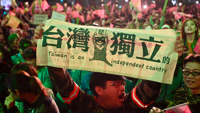 """2020年1月11日,台湾总统蔡英文的支持者在台北竞选总部外展示""""台湾独立""""横幅。(法新社)"""