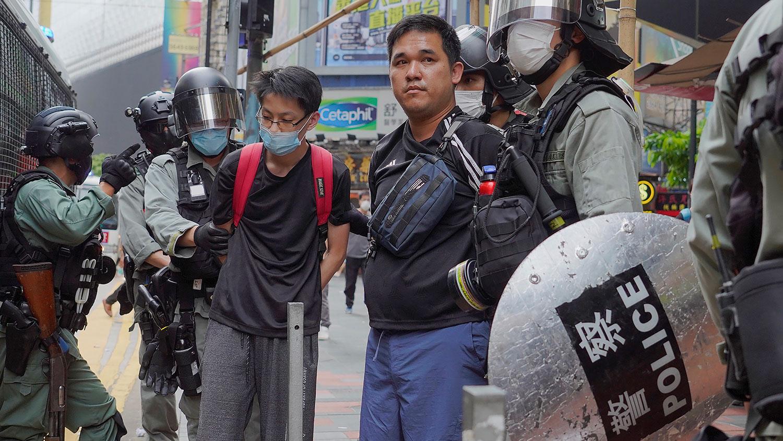 图为,2020年5月24日,香港举行反恶法大游行中,防暴警察抓捕示威者。(美联社)