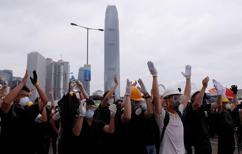 2019年6月12日,大批香港市民在立法会外反《逃犯条例》。(路透社)