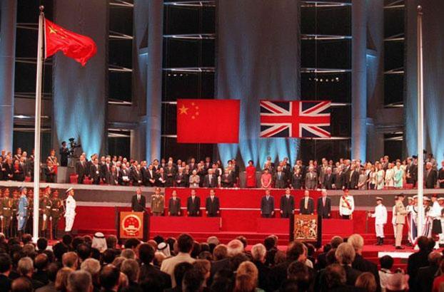 1997年香港主权移交仪式。六四的枪声,彻底打破了港人的幻想。(路透社)