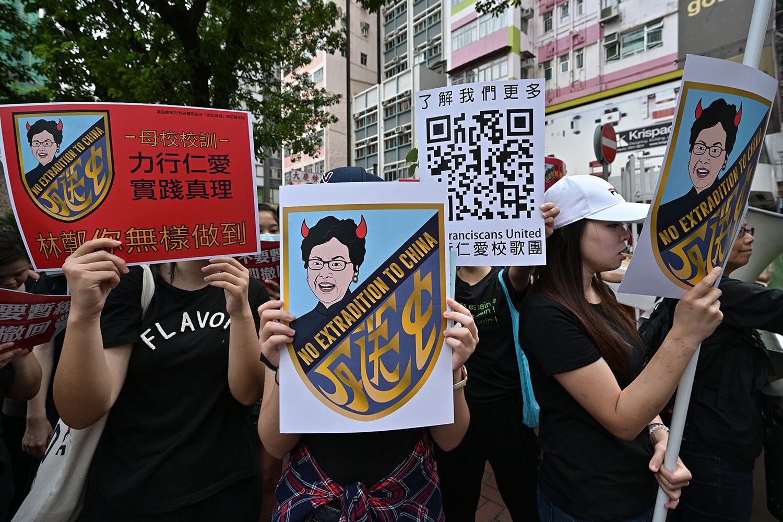 2019年6月16日,香港市民示威大游行,示威群众手持反送中标语。(法新社)