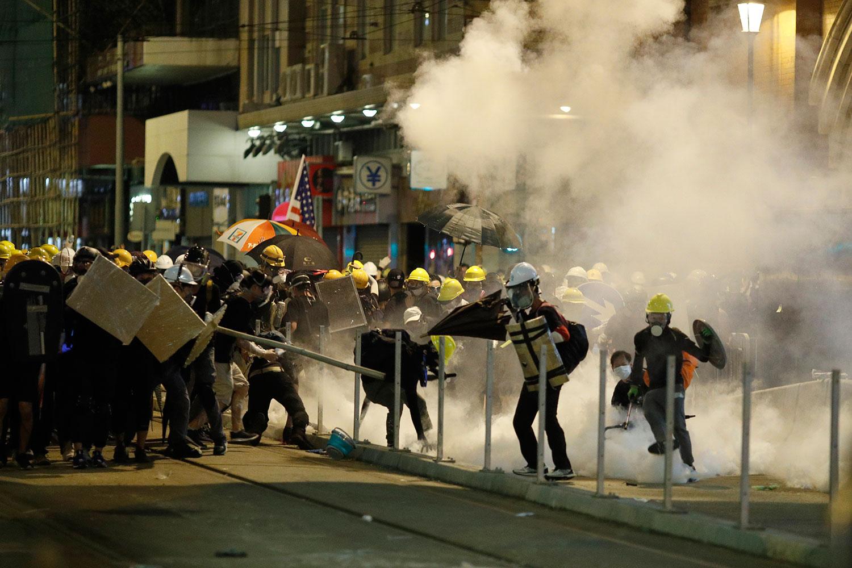 2019年7月21日,香港警察向反送中示威者喷射催泪瓦斯。(路透社)