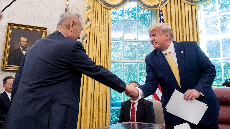 2019年10月11日,美国总统特朗普在白宫会见中国副总理刘鹤。(美联社)
