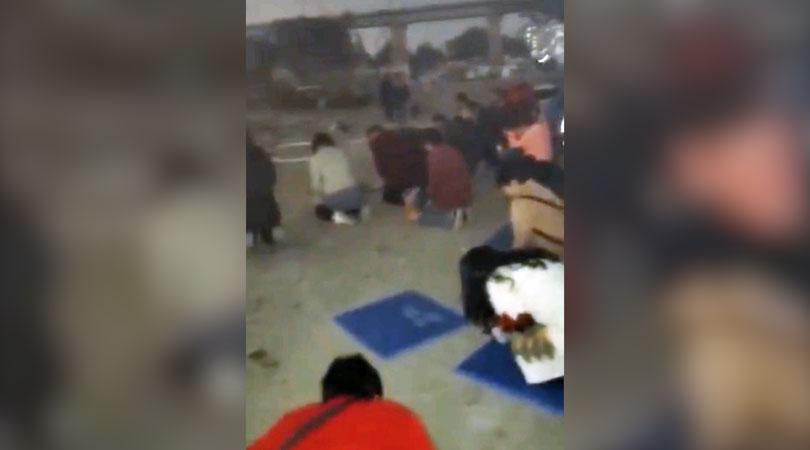 数十位信徒在强拆现场跪地祷告。(视频截图/记者乔龙)