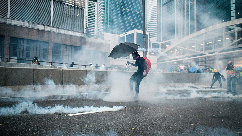 香港的反修例风波已持续接近半年。在这段期间,香港防暴警察在人口密集地区先后施放数以千枚的催泪弹,有医学界人士早已警告,催泪弹产生的二恶英对人体和环境会造成永久伤害。(法新社)