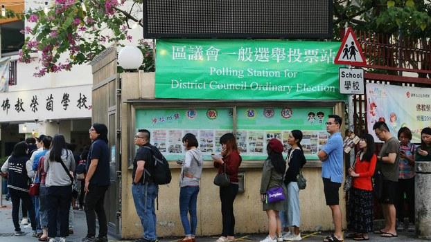 2019年11月24日,香港举行区议会选举。选民投票热情空前热烈,多个票站大排长龙。(路透社)