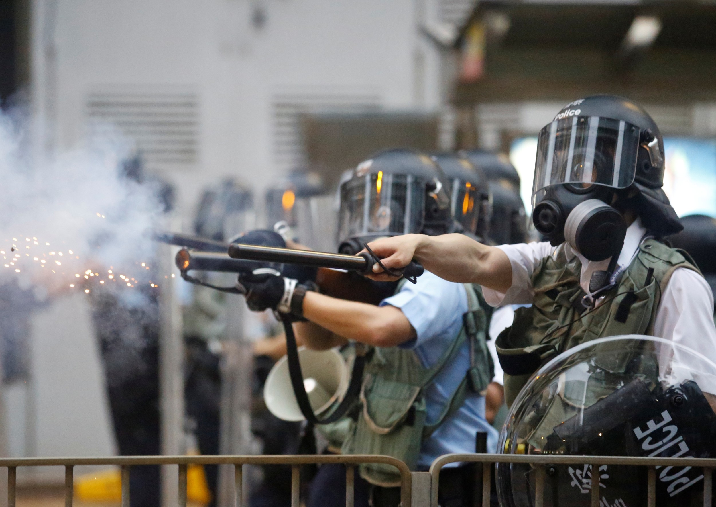 2019年6月12日,香港市民反《逃犯条例》的示威活动中,警察向示威者发射催泪弹。(路透社)