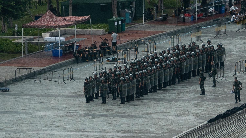 2019年8月16日,大陆武警公安在深圳湾体育馆进行演习。(AFP)