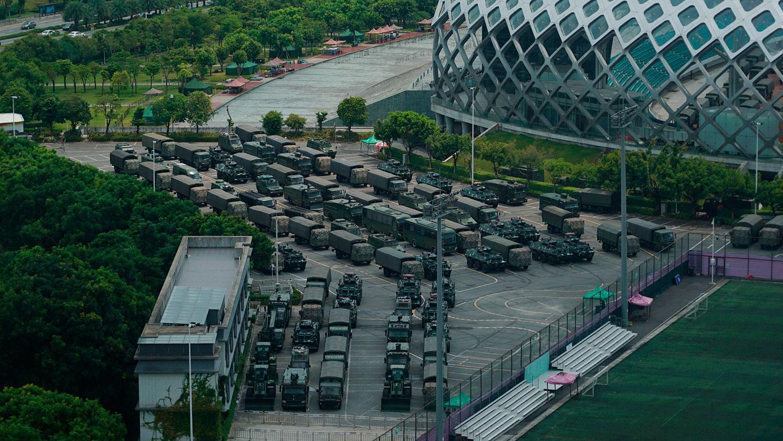 2019年8月16日,在距香港与深圳边界不远的深圳湾体育馆外,有大量的大型运输车、防暴车与轮式装甲运兵车集结。(AP)