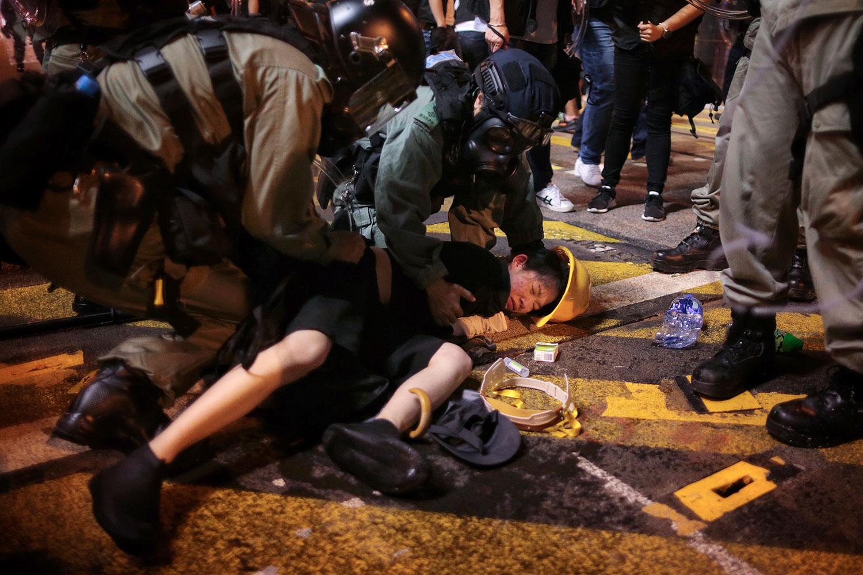 资料图片:2019年7月28日,香港警察拘捕一名抗议者。(美联社)