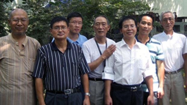 资料图片:(前排左起)朱虞夫、毛庆祥、王荣清、吴义龙、陈树庆等,此照于2010年9月14日吴义龙刑满出狱时所摄(RFA)