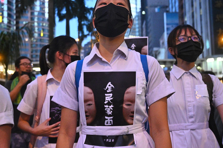 2019年10月4日,香港特首林郑月娥宣布,引用《紧急法》订立《禁蒙面法》后,示威者上街游行抗议。(法新社)