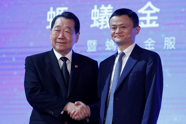 2016 年 11 月 1 日,阿里巴巴集团创始人兼执行主席马云 (右) 和 正大集团董事长谢国民在香港出席蚂蚁金服的活动。 (路透社)