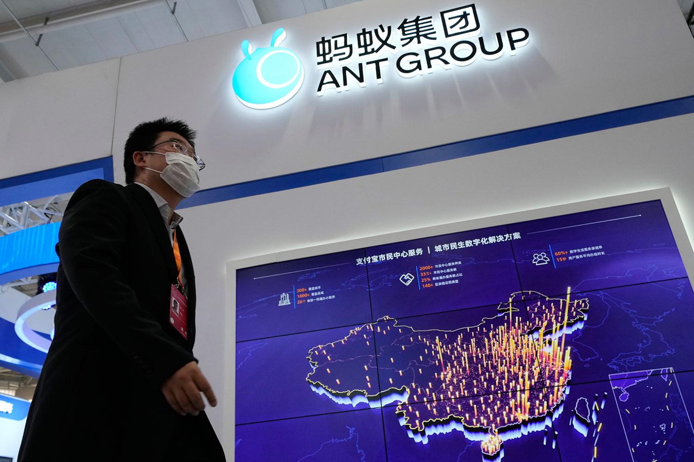 2021 年 9 月 6 日,一位参观者在北京蚂蚁集团展台前走过。 (美联社)