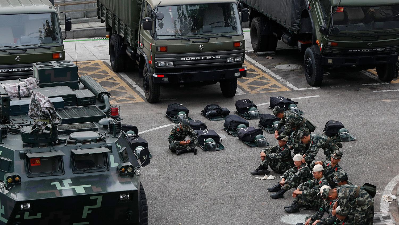 2019年10月30日,武警装甲车军车在深圳湾体育馆集结。(美联社)