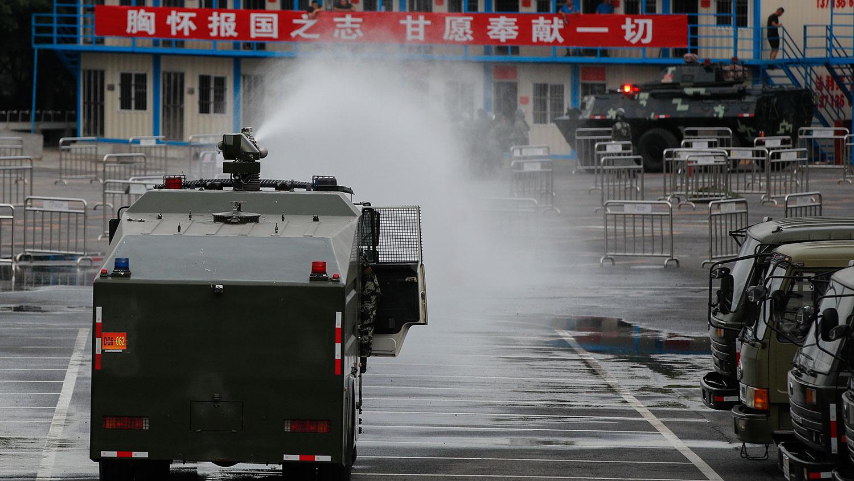 2019年10月30日,装甲车军车在深圳湾体育馆集结。(美联社)