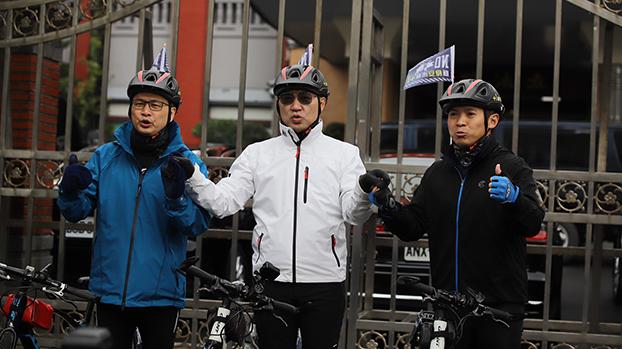 """为了推动""""反莱猪公投"""",国民党主席江启臣(中)率单车队骑行台湾。右为国民党国际事务部副主任何志勇。(何志勇提供)"""