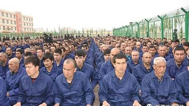 """被关押在新疆一所""""再教育营""""中的维吾尔人(新疆司法微博)"""
