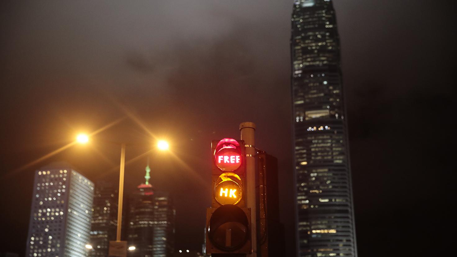 """2019年9月2日的香港抗议活动中,交通灯中打出""""香港自由""""(Free Hong Kong)的英文标志。(美联社)"""