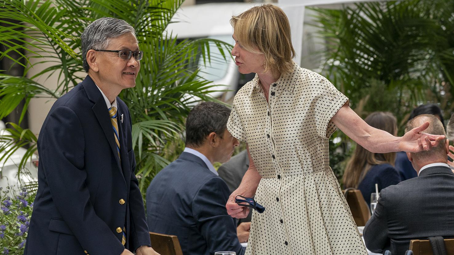 美国驻联合国大使克拉夫特(Kelly Craft)2020年9月16日和台湾驻纽约的台北经济文化办事处处长李光章(左)共进午餐。(美联社)