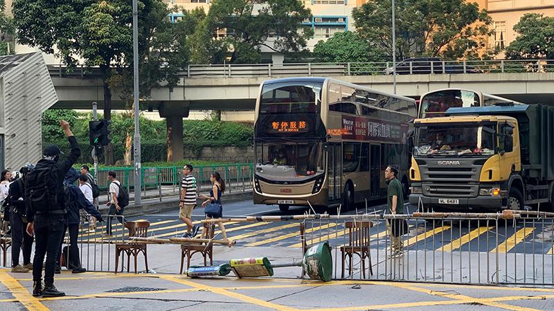 """参与""""反紧急法""""游行的示威者12日在九龙弥敦道上设置路障,公众交通受阻。(记者郑崇生摄)"""
