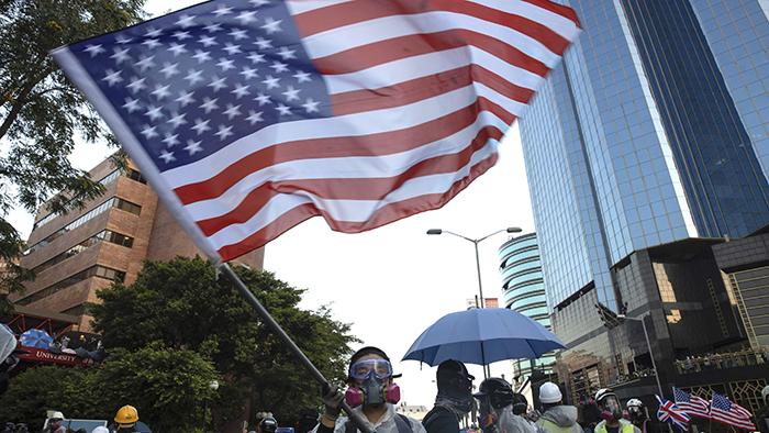 2019年11月17日,一名抗议者在香港理工大学挥舞美国国旗。(美联社)