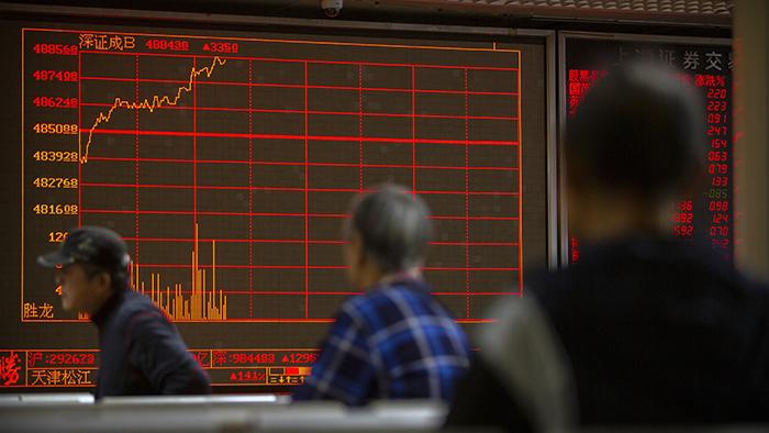 美中首阶段贸易协议可能推迟签订,中国和香港股市应声下跌。香港的恒生指数下跌超过四百点,大陆股市也连跌了两天。(美联社)